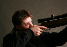 Man med ett vapen fotografering för bildbyråer