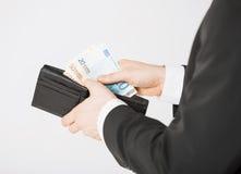 Man med eurokassapengar Royaltyfri Bild