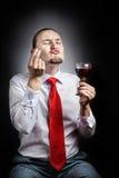 Man med exponeringsglas av vin Royaltyfria Foton