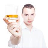 Man med exponeringsglas av whisky Fotografering för Bildbyråer