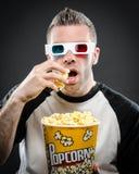 Man med exponeringsglas 3D och popcorn Arkivfoto