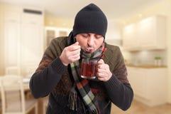 Man med förkylning eller influensa som dricker varmt te Royaltyfria Foton