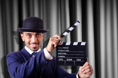 Man med filmclapperen Arkivfoton