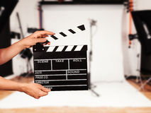 Man med filmclapperen i studio Royaltyfria Foton