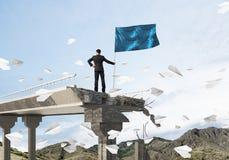 Man med flaggan som framlägger ledarskapbegrepp Fotografering för Bildbyråer