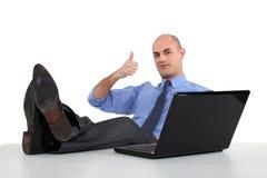 Man med fot på tabellen Fotografering för Bildbyråer
