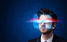 Man med framtida tekniskt avancerade smarta exponeringsglas royaltyfria foton