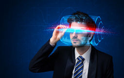 Man med framtida tekniskt avancerade smarta exponeringsglas Fotografering för Bildbyråer