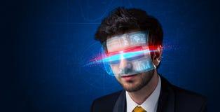 Man med framtida tekniskt avancerade smarta exponeringsglas royaltyfria bilder