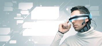 Man med futuristiska exponeringsglas 3d och avkännare Arkivbilder