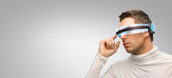 Man med futuristiska exponeringsglas 3d och avkännare Arkivfoton
