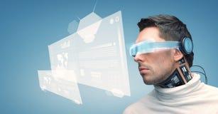 Man med futuristiska exponeringsglas och avkännare Royaltyfri Fotografi