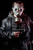 Man med gasmasken och trycksprutan Arkivbild