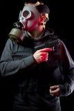 Man med gasmasken och trycksprutan Royaltyfri Fotografi