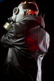 Man med gasmasken och trycksprutan, iklädd black Arkivfoto