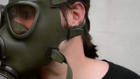 Man med gasmasken på framsida stock video