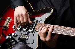 Man med gitarren Arkivfoto