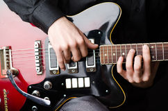 Man med gitarren under konsert Arkivfoto
