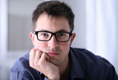 Man med glasögon i regeringsställning royaltyfri foto
