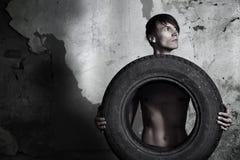 Man med gummihjulet Royaltyfri Bild