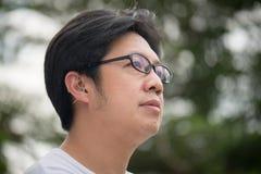 Man med hörapparat bak örat arkivbild