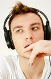 Man med hörlurar Arkivbild