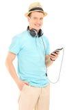 Man med hörlurar som lyssnar till en musik Arkivbilder