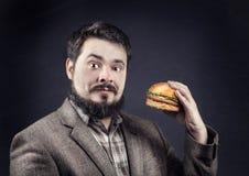 Man med hamburgaren Royaltyfri Bild