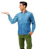 Man med handen i fick- hållande osynlig produkt Fotografering för Bildbyråer