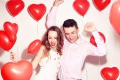 Man med hans älskvärda älsklingflickadans och att ha gyckel på väns valentindagen Valentine Couple Koppla ihop jätteglat, partiti arkivfoton