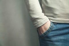 Man med hans hand i jeansfack Arkivbilder
