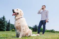 Man med hans hund i parkera arkivbild