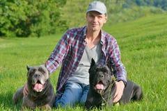 Man med hans hundar Arkivbilder