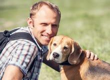 Man med hans hundstående royaltyfria foton