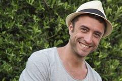 Man med hatten som ler till kameran Arkivfoto