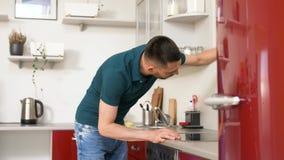 Man med hemmastatt kök för trasalokalvårdspis stock video