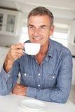 Man med hemmastatt kaffe arkivfoton