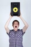 Man med högt ropa för högtalare Arkivfoto