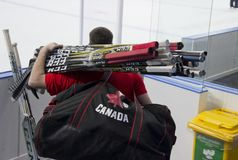 Man med hockeypinnar royaltyfri bild