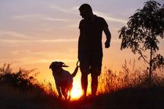 Man med hunden Arkivbilder
