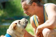 Man med hunden Royaltyfria Foton