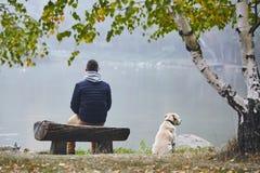 Man med hunden i höstnatur fotografering för bildbyråer