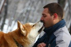 Man med hunden och smällaren royaltyfria bilder