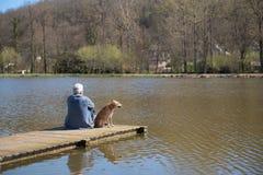 Man med hunden på landningetapp Fotografering för Bildbyråer