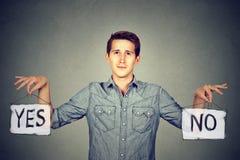 Man med ja inget tecken Fotografering för Bildbyråer