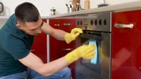 Man med kök för dörr för trasalokalvårdugn hemmastatt lager videofilmer