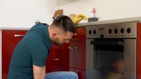 Man med kök för dörr för trasalokalvårdugn hemmastatt stock video