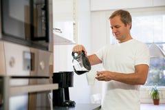 Man med kaffe Arkivfoton