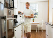 Man med kaffe Fotografering för Bildbyråer