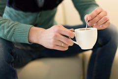 Man med kaffe utan en framsida Royaltyfria Foton